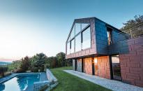 Fémes csillogás, trendi színek a tetőn és homlokzaton