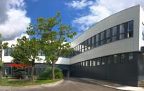 Megkezdte működését Magyarország első napelemes tetőcserepet gyártó üzeme